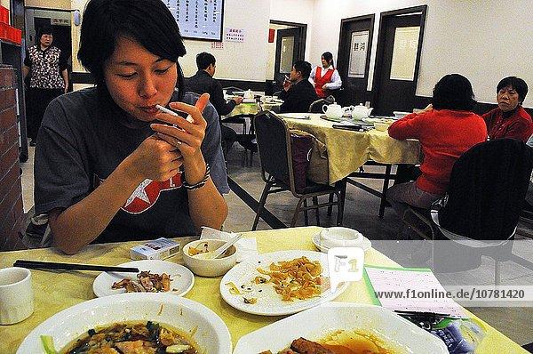 rauchen rauchend raucht qualm qualmend qualmt Guangzhou Kanton Frau Restaurant
