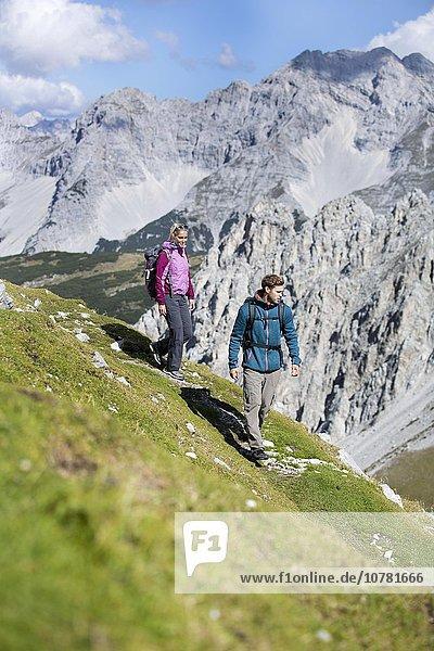 Wanderer  Frau und Mann wandern am Goetheweg  Karwendel  Innsbruck  Tirol  Österreich  Europa