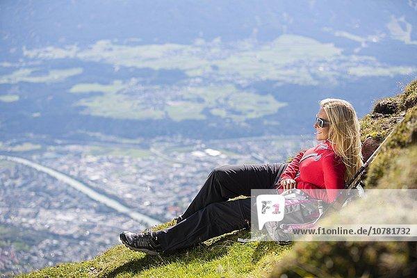Wanderin  Frau liegt am Wegrand  Goetheweg  Karwendel  Innsbruck  Tirol  Österreich  Europa