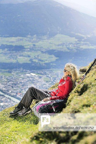 Wanderin  Frau sitzt am Wegrand  Goetheweg  Karwendel  Innsbruck  Tirol  Österreich  Europa