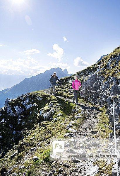 Wanderer  Frau und Mann wandern an einem Höhenweg mit Klettersicherung  Goetheweg  Karwendel  Innsbruck  Tirol  Österreich  Europa