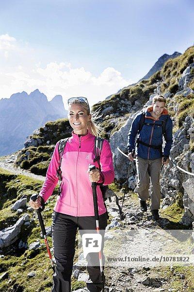 Wanderer,  Frau und Mann wandern an einem Höhenweg mit Klettersicherung,  Goetheweg,  Karwendel,  Innsbruck,  Tirol,  Österreich,  Europa, Wanderer,  Frau und Mann wandern an einem Höhenweg mit Klettersicherung,  Goetheweg,  Karwendel,  Innsbruck,  Tirol,  Österreich,  Europa