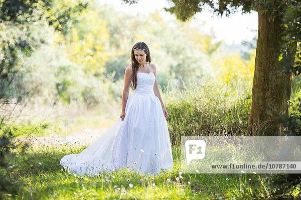 Braut folgen Natur lang langes langer lange jung Kleid
