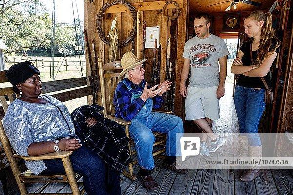 junger Erwachsener junge Erwachsene Senior Senioren Frau Mann zuhören sprechen Eigentum erklären Bauernhof Hof Höfe Geschichte schwarz Museum Vordach Dudley Florida Schaukelstuhl