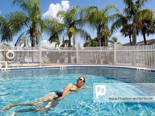 Tropisch Tropen subtropisch Frau Schwimmbad schwimmen Ort