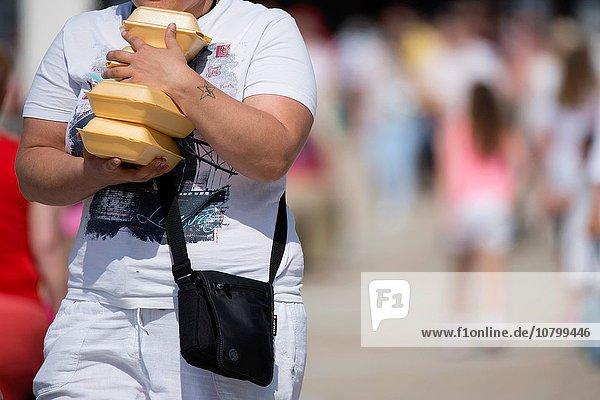 Behälter Frau Lebensmittel ungesund Fast Food takeaway junk voll