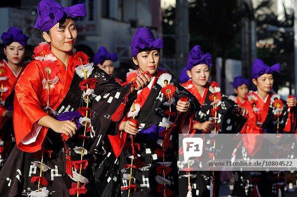 Frau Tradition Musik Gegenstand Schlaginstrument jung Festival Japan Oktober spielen