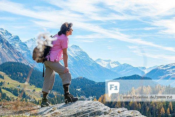 Panorama Frau Berg Fröhlichkeit Rückansicht Tag Sommer über Ansicht Sonnenlicht bedecken Kanton Graubünden Schnee