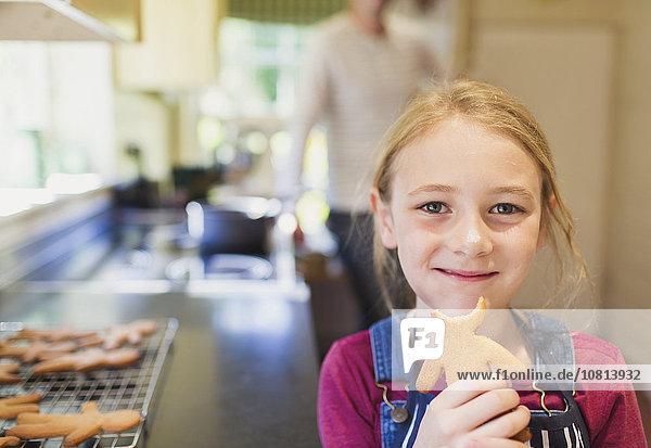 Portrait lächelndes Mädchen beim Lebkuchenessen
