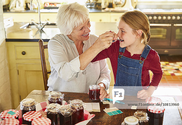 Großmutter und Enkelin Dosenmarmelade in der Küche