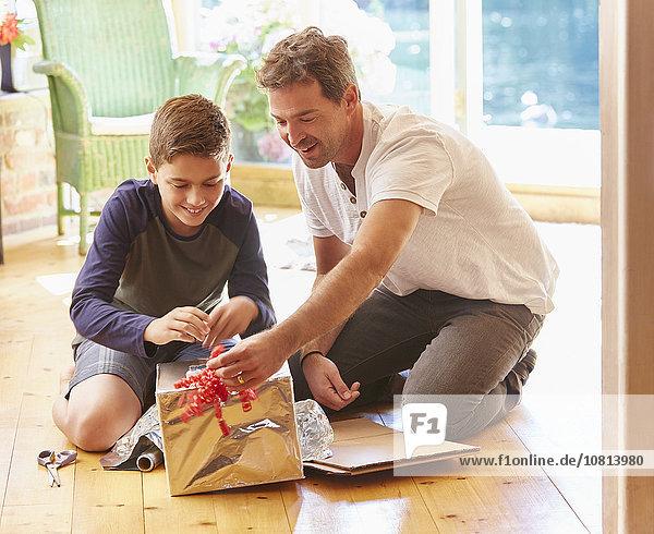 Vater und Sohn machen Roboterkostüm