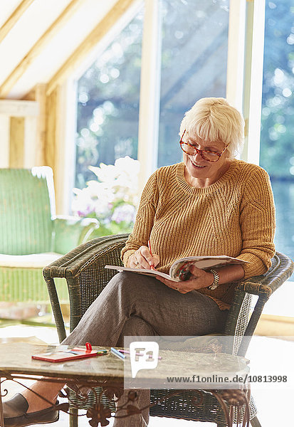 Senior Frau Färbung in Malbuch