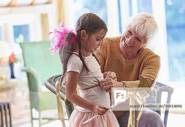 Großmutter passende Enkelin mit Flügeln
