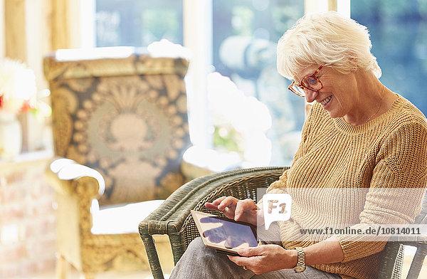 Senior,Senioren,benutzen,Frau,Tablet PC