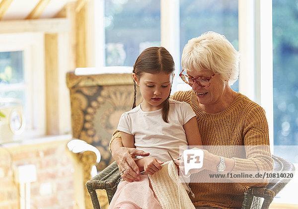 Großmutter unterrichtet Enkelin Stricken