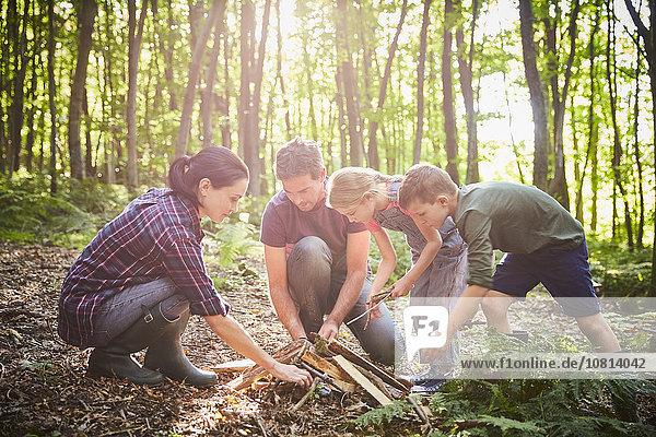 Familienbau Lagerfeuer im Wald