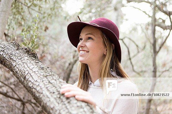 Junge Frau genießt die Natur  lächelnd