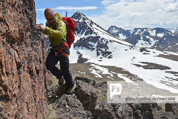 Männlicher Bergsteiger auf steilem Berg  Chugach State Park  Anchorage  Alaska  USA