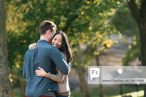 Romantische Umarmung eines erwachsenen Paares im Park