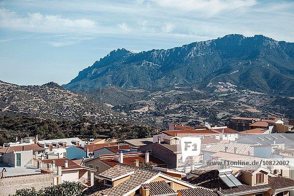 Hochwinkelansicht von Gebäuden in Orgosolo und Gebirge  Sardinien  Italien