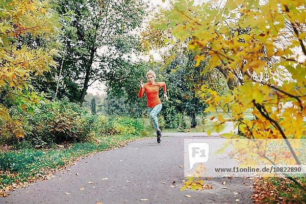 Junge Läuferin auf dem Parkweg