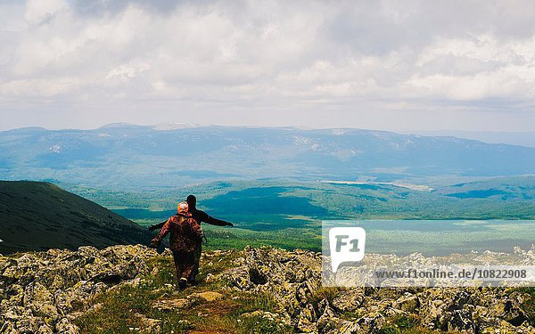 Rückansicht von Mann und Frau beim Wandern in rauer Landschaft  Ural  Russland
