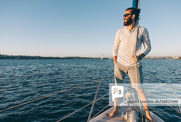 Mann genießt Blick auf Segelboot  San Diego Bay  Kalifornien  USA