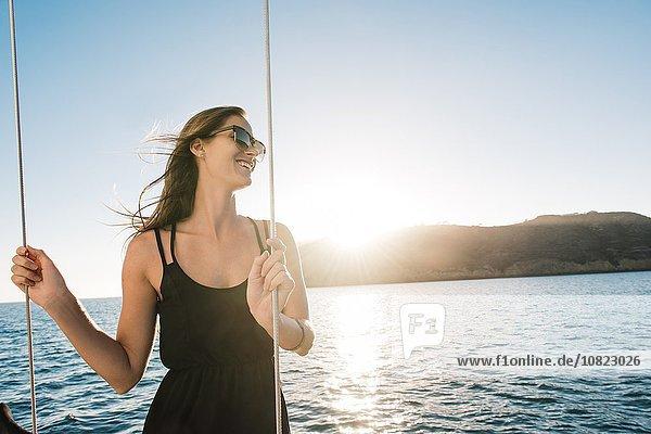 Frau genießt Blick auf Segelboot  San Diego Bay  Kalifornien  USA