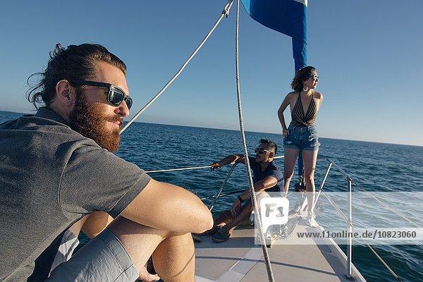Freunde genießen den Blick auf das Segelboot  San Diego Bay  Kalifornien  USA