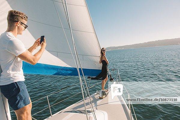 Paar fotografiert auf einem Segelboot  San Diego Bay  Kalifornien  USA
