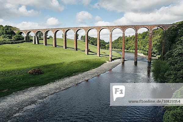 Erhöhter Blick auf den Fluss und Leaderfoot Eisenbahnviadukt  Melrose  Schottland