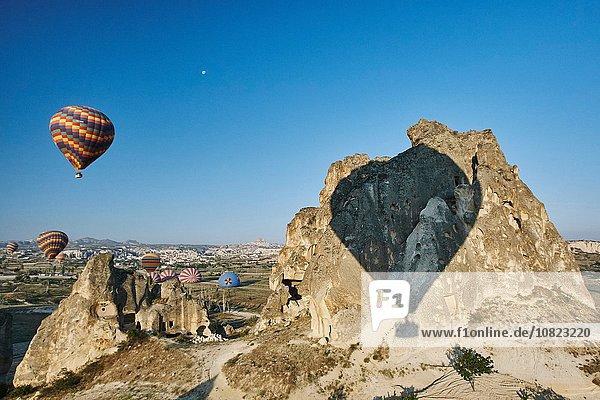 Schatten von Heißluftballons auf Felsformationen  Kappadokien  Anatolien  Türkei