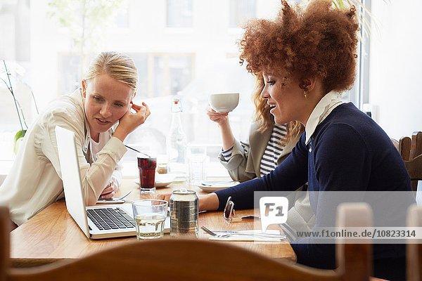 Freundschaft sehen Notebook Cafe trinken 3