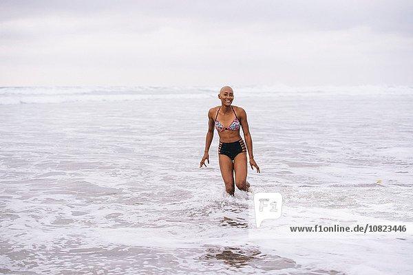 Frau im Bikini stehend im Meer