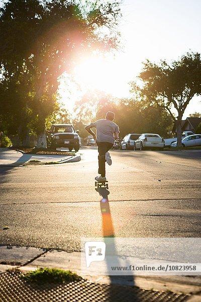 Junger Mann Skateboarden auf der Straße  Rückansicht  Corona  Kalifornien  USA