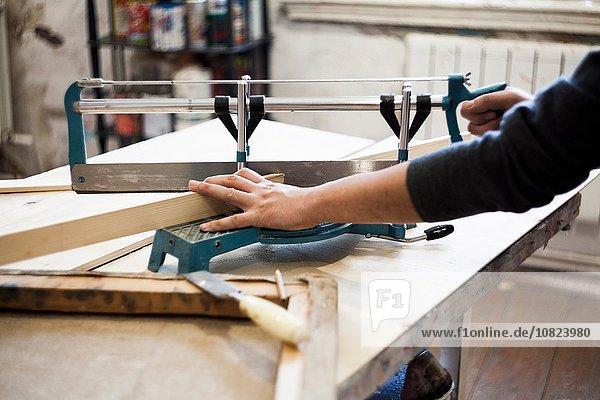 Künstler  Holz sägen  Rahmen für Kunstwerke herstellen