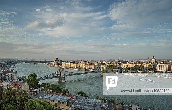 Kettenbrücke und Fähren auf der Donau  Ungarn  Budapest