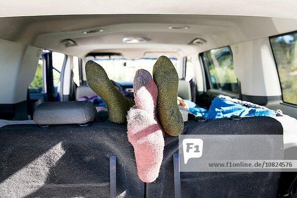 Junges Paar entspannt im Wohnmobil  Schwerpunkt Füße