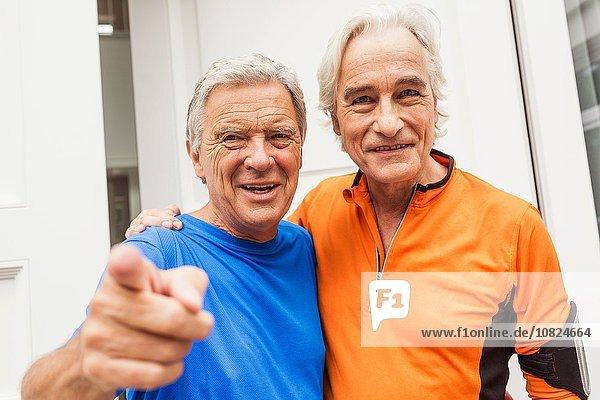 Porträt von zwei glücklichen Senior-Läufern vor der Haustür