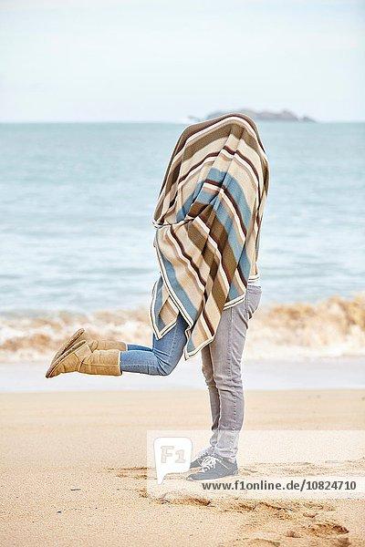 Romantisches junges Paar mit Decke am Strand  Constantine Bay  Cornwall  UK