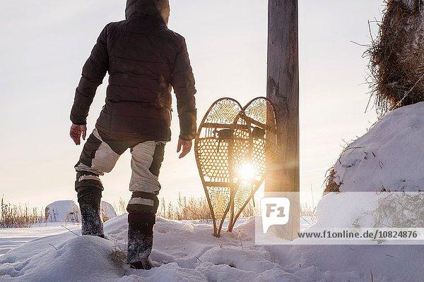 Rückansicht des Mannes im Schneefeld  Ural  Russland