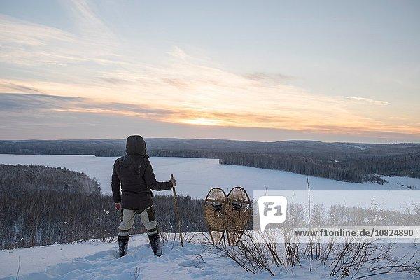 Rückansicht des männlichen Wanderers mit Blick auf die verschneite Landschaft  Ural  Russland