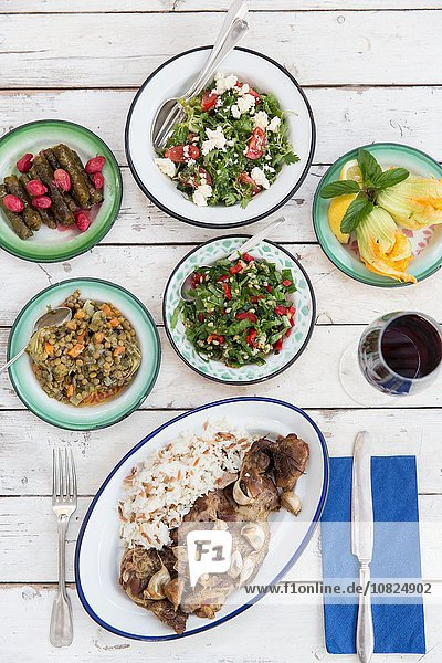 Überkopfansicht des Essens mit verschiedenen Salaten und herzhaften Speisen  Alacati  Türkei
