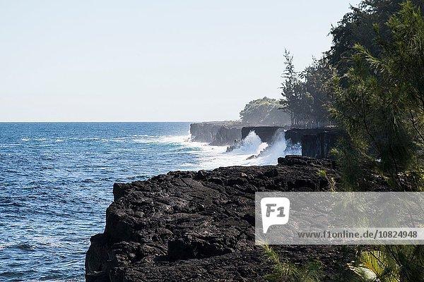 Erhöhter Blick auf Meereswellen und Küstenklippen  Hana  Hawaii  USA