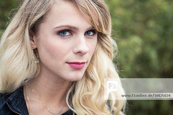 Porträt einer jungen blondhaarigen Frau mit Blick auf die Kamera