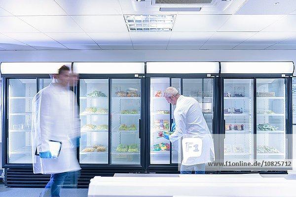 Wissenschaftler untersuchen Lebensmittel auf Frische im Labor in der Lebensmittelverpackungsdruckerei