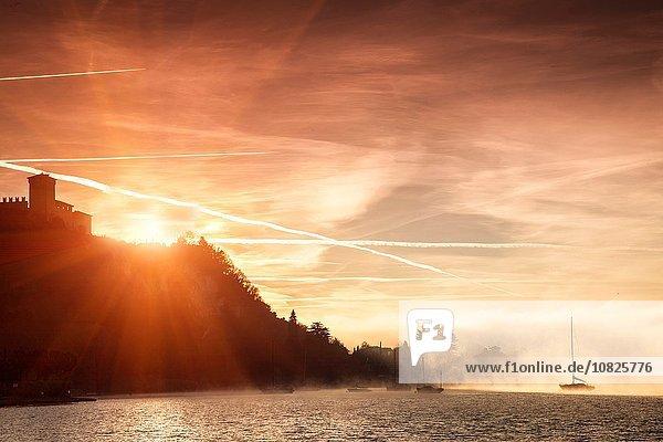 Helles Sonnenlicht hinter Klippen  Lago Maggiore  Piemont  Lombardei  Italien