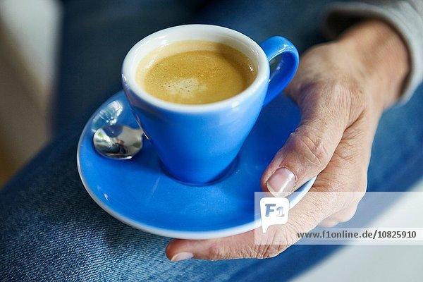 Hand-Untertasse mit Tasse Kaffee