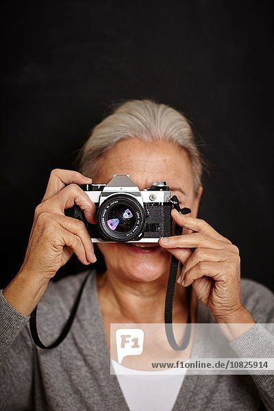 Reife Frau beim Fotografieren