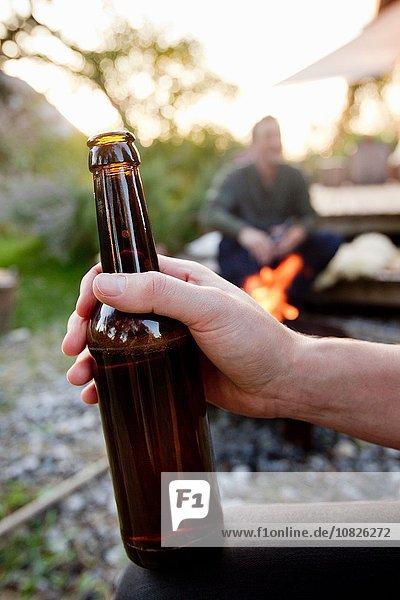 Handgehaltene Bierflasche  Nahaufnahme